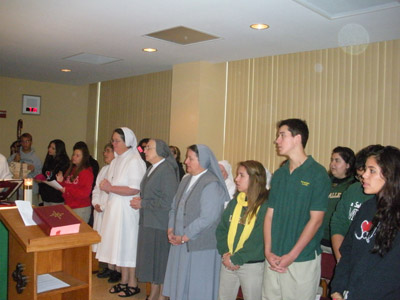 "Florida. Visit of M. Yvonne Reungoat to the province ""St. Philip the Apostle"" (SUA). Praying during the rededication of the chapel of Immaculata-La Salle High School (Miami)."