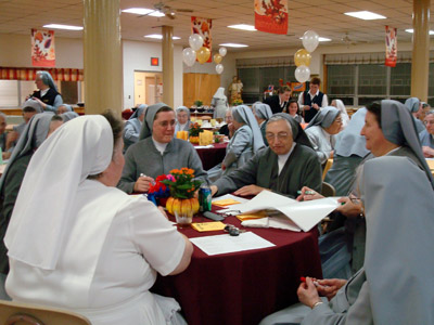 "New Jersey. Visit of M. Yvonne Reungoat to the province ""St. Philip the Apostle"" (SUA). A moment of recreation at table."