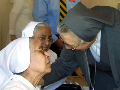 "Texas. Visit of M. Yvonne Reungoat to the province ""Mary Immaculate"" (SUO). She greets Sr. Refugio Gomez and Sr. Celia Ramirez upon her arrival at the Provincial House (San Antonio)."