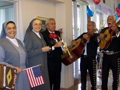 "Texas. Visit of M. Yvonne Reungoat to the province ""Mary Immaculate"" (SUO). A Texas Mariachi band greets her, along with Sr. Sandra Neaves (provincial), on her arrival to the provincialate (Austin)."