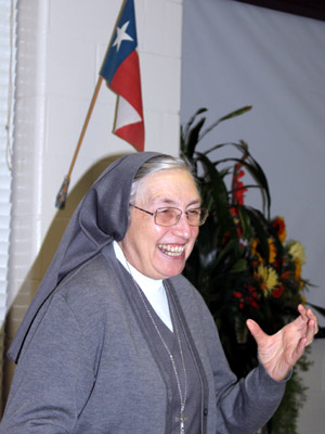 "Texas. Visit of M. Yvonne Reungoat to the province ""Mary Immaculate"" (SUO). She addresses the Sisters in San Antonio under the flag Texas."