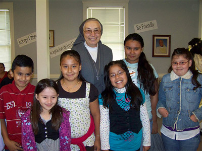 "Texas. Visit of M. Yvonne Reungoat to the province ""Mary Immaculate"" (SUO). With some of the students in Religious Education of Cristo Rey Parish, Austin."