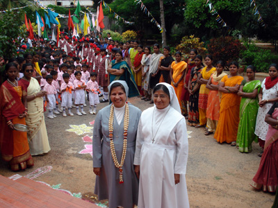"Bangalore (Karnataka). Canonical Visit of Sr. Lucy Rose Ozhukayil to the province of ""Sacred Heart of Jeus"" (INK). With the provincial  Sr. Rosy Malayatty at her arrival in the province."