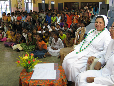 "Puthiyathura (Kerala). Canonical Visit of Sr. Lucy Rose Ozhukayil to the province of ""Sacred Heart of Jesus"" (INK). With the girls of the school."