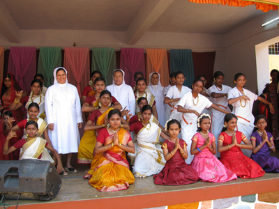 "Kottiyam (Kerala). Canonical Visit of Sr. Lucy Rose Ozhukayil to the province of ""Sacred Hear tof Jesus"" (INK). With the girls of the school."