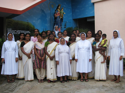 "Puthuppally (Kerala). Canonical Visit of Sr. Lucy Rose Ozhukayil to the province of ""Sacred Heart of Jesus"" (INK). With the community and women of the workroom."