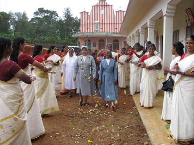 "Kanakakunnu (Kerala). Canonical Visit of Sr. Lucy Rose Ozhukayil to the province of ""Sacred Heart of Jesus"" (INK). With the Animator, Sr. Mary Kavalam and the women of the locale."