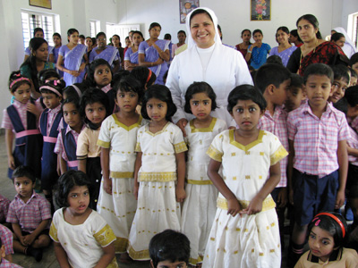 "Angamaly (Kerala). Canonical Visit of Sr. Lucy Rose Ozhukayil to the province of ""Sacred Heart of Jesus"" (INK). With the children of the nursery school."