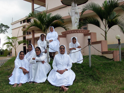 "Vaduvanchal (Kerala). Canonical Visit of Sr. Lucy Rose Ozhukayil to the province of ""Sacred Heart of Jesus"" (INK). With the Sisters of the community."