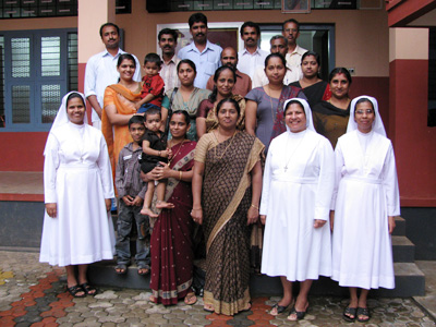 "Varakkad (Kerala). Canonical Visit of Sr. Lucy Rose Ozhukayil to the province of ""Sacred Heart of Jesus"" (INK). With the Sisters and the administrative group of the school."