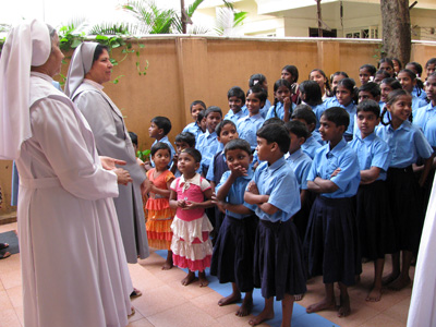 "Chamrajpet-Bangalore (Karnataka). Canonical Visit of Sr. Lucy Rose Ozhukayil to the province of ""Sacred Heart of Jesus"" (INK). With the girls at risk and  Sr. Annakutty Theakkunkatil."