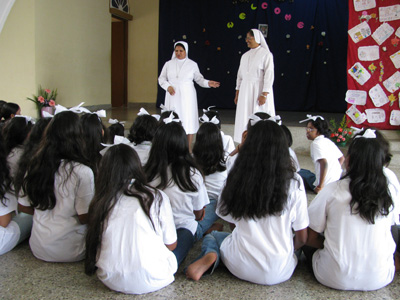 "Shamana Garden-Bangalore (Karnataka). Canonical Visit of Sr. Lucy Rose Ozhukayil to the province of ""Sacred Heart of Jesus"" (INK). With the girls at risk and  Sr. Bridget Thonippara."