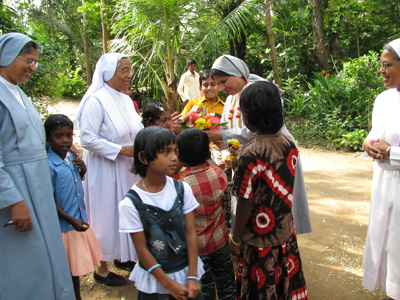 "Maraofyur (Karnataka). Canonical Visit of Sr. Lucy Rose Ozhukayil to the province of ""Sacred Heart of Jesus"" (INK). Welcomed by the Sisters and the children."