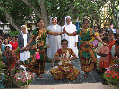 "Bannerghatta-Bangalore (Karnataka). Canonical Visit of Sr. Lucy Rose Ozhukayil to the province of ""Sacred Heart of Jesus"" (INK). With the young women of the resident facility and the Sisters."