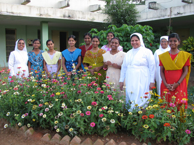"Bangalore (Karnataka). Canonical Visit of Sr. Lucy Rose Ozhukayil to the province of Sacred Heart of Jesus"" (INK). With the aspirants and Sisters of the ""Auxilium Welfare Centre""."
