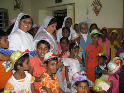 "Krishnanagar-Secunderabad (Andhra Pradesh). Canonical Visit of Sr. Lucy Rose Ozhukayil to the province of ""Sacred Heart of Jesus"" (INK). With the community and the children at risk."