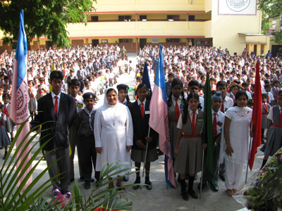 "Mahendra Hills-Secunderabad (Andhra Pradesh). Canonical Visit of Sr. Lucy Rose Ozhukayil to the province of ""Sacred Heart of Jesus"" (INK). With the students of the Auxilium."