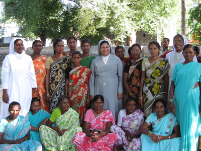 "Warrangal (Andhra Pradesh). Canonical Visit of Sr. Lucy Rose Ozhukayil to the province of ""Sacred Heart of Jesus"" (INK). With the Sisters and the members of the Self-Help Group."