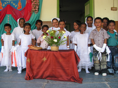 "Warrangal (Andhra Pradesh). Canonical Visit of Sr. Lucy Rose Ozhukayil to the province of ""Sacred Heart of Jesus"" (INK).With the Sisters and the children of the school."