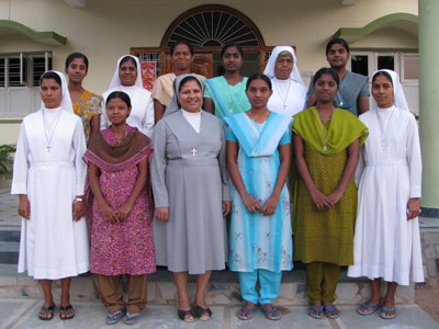 "Karunapuram (Andhra Pradesh). Canonical Visit of Sr. Lucy Rose Ozhukayil to the province of ""Sacred Heart of Jesus"" (INK). With the Sisters of the community and the postulants."