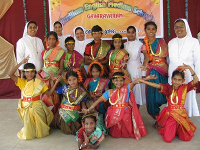 "Gavaravaram (Andhra Pradesh). Canonical Visit of Sr. Lucy Rose Ozhukayil to the province of ""Sacred Heart of Jesus"" (INK). With the Sisters and the children of the community."