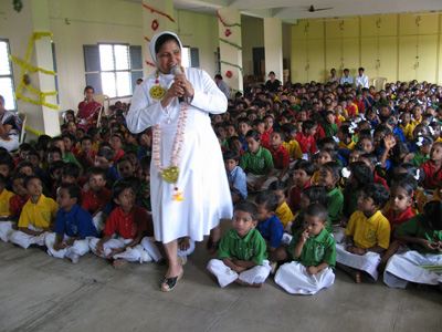 "Yelleswaram (Andhra Pradesh). Canonical Visit of Sr. Lucy Rose Ozhukayil to the province of ""Sacred Heart of Jesus"" (INK).Speaking with the children of the school."