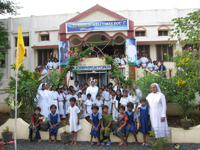"Mittapally (Andhra Pradesh). Canonical Visit of Sr. Lucy Rose Ozhukayil to the province of ""Sacred Heart of Jesus"" (INK). With the children of the boarding school and the Sisters of the community."