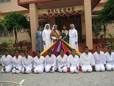 "Bangalore (Karnataka). Canonical Visit of Sr. Lucy Rose Ozhukayil to the province of ""Sacred Heart of Jesus"" (INK).. She is welcomed by Sr. Crescentia D'Almeida, directress of novices and the novitiate community."