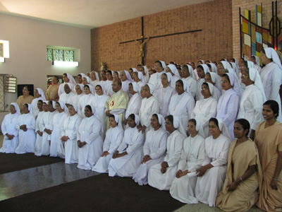 "Bangalore (Karnataka). Canonical Visit of Sr. Lucy Rose Ozhukayil to the province of ""Sacred Heart of Jesus"" (INK). With a group of Sisters at the final assembly."