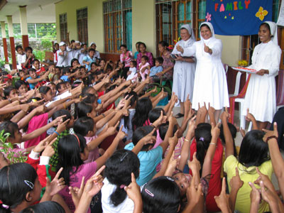 Pala, Indonesia. Canonical visit of Sr. Lucy Rose – East Timor and Indonesia (TIN). Meeting with children in the oratory.