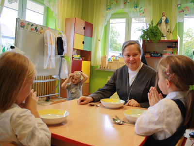 Warsaw. Canonical visit of Sr. Carla Castellino to the Polish Province of Our Lady of Jasna Gòra (PLJ). With kindergarten schoolchildren.