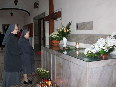 Pogrzebień. Canonical visit of Sr. Carla Castellino to the Polish Province of Our Lady of Jasna Gòra (PLJ). Before the tomb of Madre Laura Meozzi.