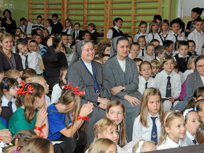Cracow. Canonical visit of Sr. Carla Castellino to the Polish Province of Our Lady of Jasna Gòra (PLJ). With the students.