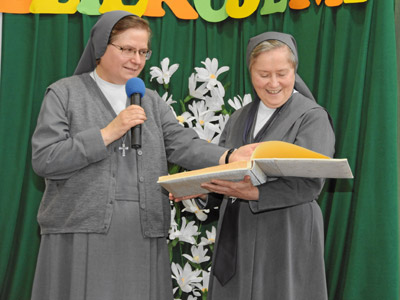 Cracow. Canonical visit of Sr. Carla Castellino to the Polish Province of Our Lady of Jasna Gòra (PLJ). Presentation of the work of the schoolchildren.